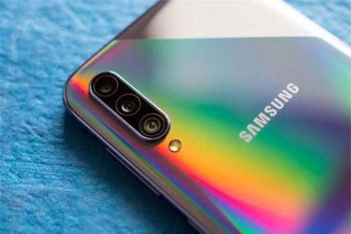 Ba camera sau của Samsung Galaxy A50s gồm cảm biến chính 48 MP, khẩu độ f/2.0 cho khả năng lấy nét theo pha. Cảm biến góc rộng 8 MP, f/2.2. Ống kính thứ ba 5 MP, f/2.2 giúp chụp ảnh xóa phông và tăng cường độ sâu trường ảnh. Bộ ba này được trang bị đèn flash LED, quay video Full HD.