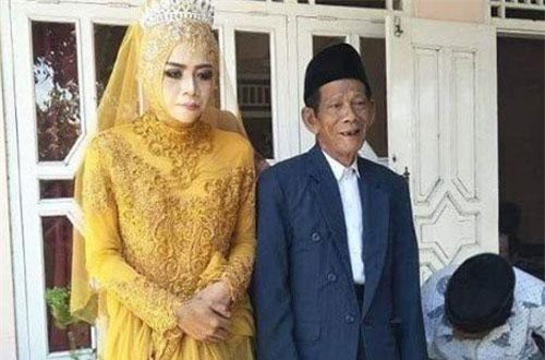 Nuraeni bên người chồng mới cưới, hơn cô tới 56 tuổi. Ảnh: Instagram.