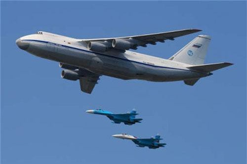 Được sản xuất bởi Antonov, AN-124 Ruslan là máy bay vận tải quân sự lớn nhất thế giới nhờ trọng lượng cất cánh tối đa (MTOW) lên tới 392 tấn. Một chiếc AN-124 Ruslan có khả năng vận chuyển hàng hóa nặng và các phương tiện chiến đấu khác nhau. Chuyến bay đầu tiên của chiếc máy bay này được thực hiện vào tháng 12/1982.