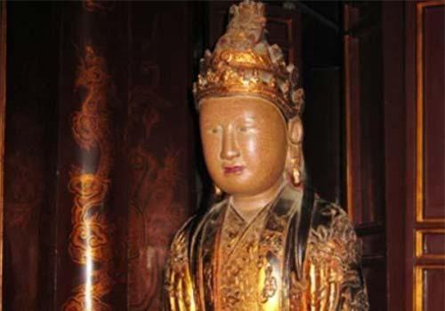 Tượng hoàng hậu hai triều Dương Vân Nga tại đền vua Lê ở Hoa Lư. Ảnh tư liệu