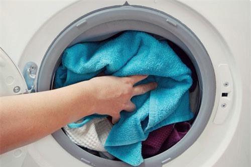 3 mẹo nhỏ giúp bạn giặt quần áo sạch tinh thẳng nếp như khách sạn 5 sao