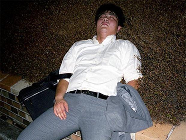 Chùm ảnh về các doanh nhân ngủ trên đường phố mô tả chân thực về văn hóa làm việc khắc nghiệt nhất thế giới của Nhật Bản - Ảnh 13.
