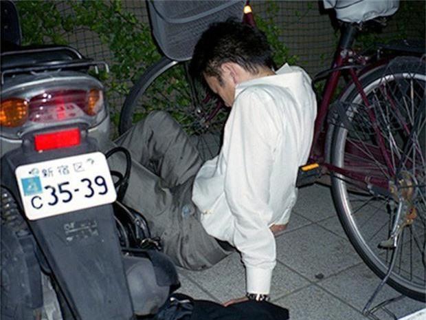 Chùm ảnh về các doanh nhân ngủ trên đường phố mô tả chân thực về văn hóa làm việc khắc nghiệt nhất thế giới của Nhật Bản - Ảnh 17.