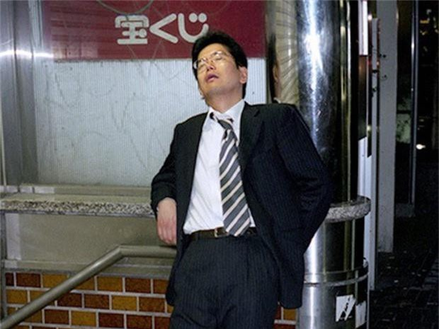 Chùm ảnh về các doanh nhân ngủ trên đường phố mô tả chân thực về văn hóa làm việc khắc nghiệt nhất thế giới của Nhật Bản - Ảnh 19.