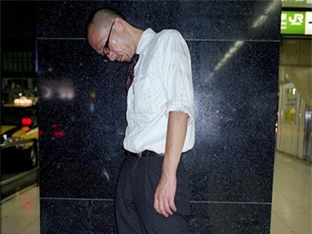 Chùm ảnh về các doanh nhân ngủ trên đường phố mô tả chân thực về văn hóa làm việc khắc nghiệt nhất thế giới của Nhật Bản - Ảnh 23.