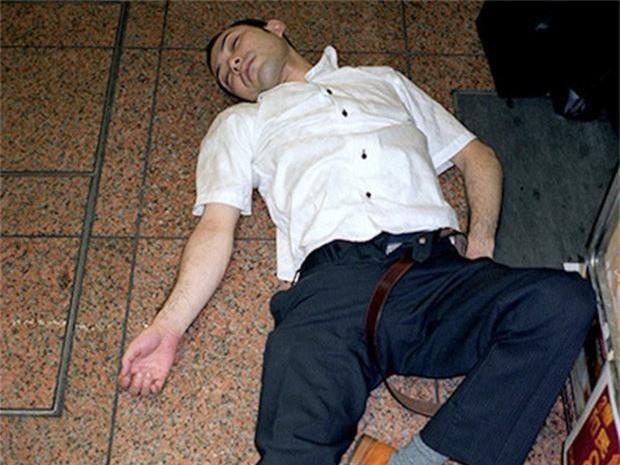 Chùm ảnh về các doanh nhân ngủ trên đường phố mô tả chân thực về văn hóa làm việc khắc nghiệt nhất thế giới của Nhật Bản - Ảnh 26.
