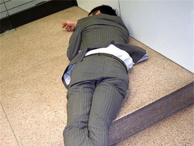 Chùm ảnh về các doanh nhân ngủ trên đường phố mô tả chân thực về văn hóa làm việc khắc nghiệt nhất thế giới của Nhật Bản - Ảnh 35.