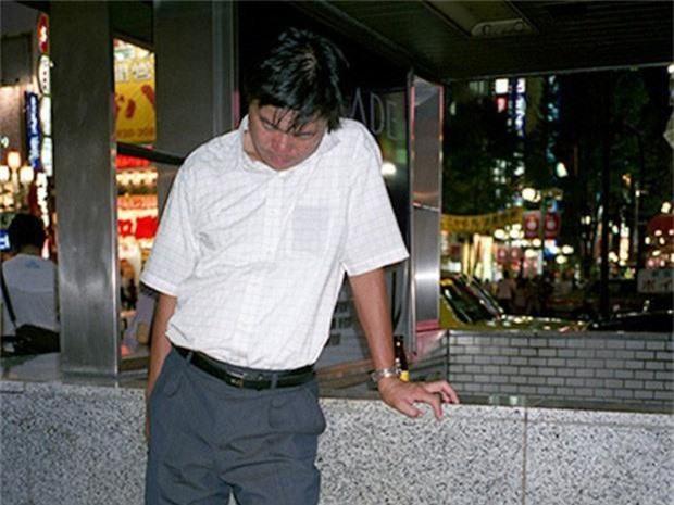 Chùm ảnh về các doanh nhân ngủ trên đường phố mô tả chân thực về văn hóa làm việc khắc nghiệt nhất thế giới của Nhật Bản - Ảnh 4.