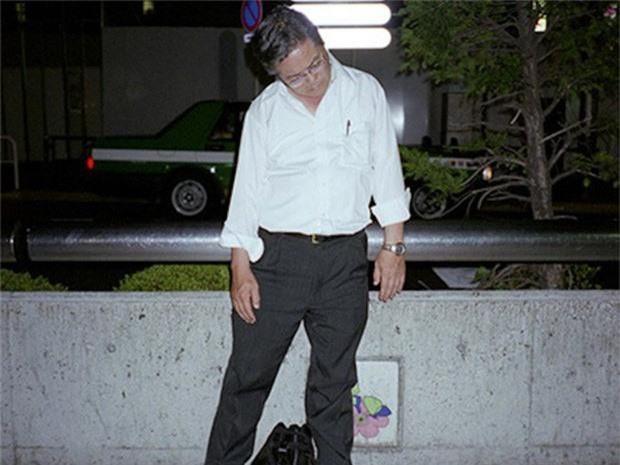 Chùm ảnh về các doanh nhân ngủ trên đường phố mô tả chân thực về văn hóa làm việc khắc nghiệt nhất thế giới của Nhật Bản - Ảnh 42.