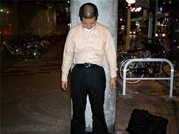 Chùm ảnh về các doanh nhân ngủ trên đường phố mô tả chân thực về văn hóa làm việc khắc nghiệt nhất thế giới của Nhật Bản - Ảnh 45.