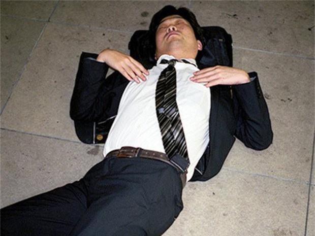 Chùm ảnh về các doanh nhân ngủ trên đường phố mô tả chân thực về văn hóa làm việc khắc nghiệt nhất thế giới của Nhật Bản - Ảnh 46.