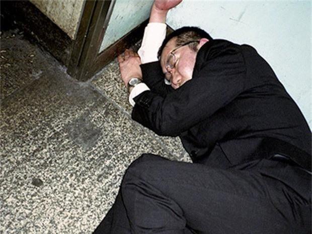 Chùm ảnh về các doanh nhân ngủ trên đường phố mô tả chân thực về văn hóa làm việc khắc nghiệt nhất thế giới của Nhật Bản - Ảnh 48.