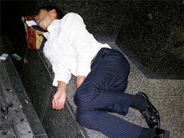 Chùm ảnh về các doanh nhân ngủ trên đường phố mô tả chân thực về văn hóa làm việc khắc nghiệt nhất thế giới của Nhật Bản - Ảnh 56.