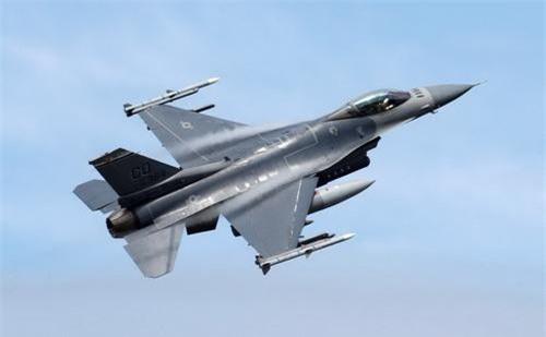 """Tiêm kích F-16 sẽ """"tiếp bước"""" máy bay huấn luyện T-6 gia nhập Không quân Việt Nam?"""