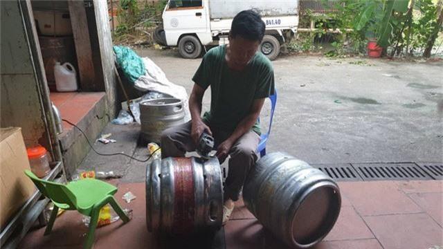 """Hà Nội: Phát hiện hàng chục két bia """"nhái"""" các thương hiệu nổi tiếng - Ảnh 2."""