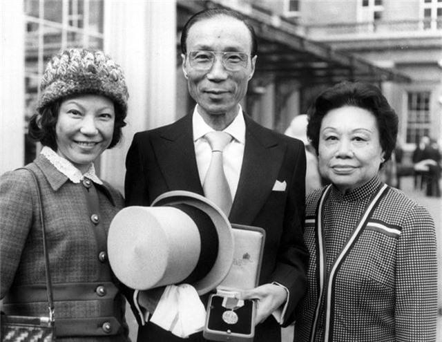 Chuyện tình huyền thoại nhưng gây tranh cãi của tỷ phú Hồng Kông: Yêu ròng rã suốt 45 năm trời và lễ cưới được tổ chức khi đã 90 tuổi - Ảnh 2.