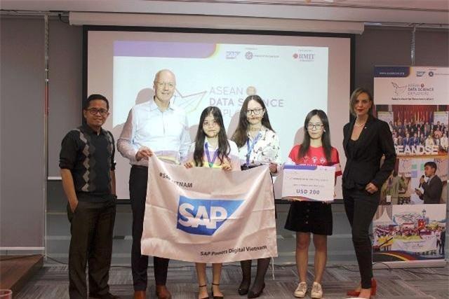 Sinh viên RMIT Trần Phương Thảo và Ngô Thị Minh Thư (đội Data Miners) đã trình bày về chi phí phẫu thuật với giá cả phải chăng và giành giải Ba cuộc thi.
