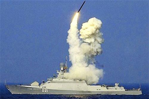Chiến hạm lớp Buyan-M mang số hiệu 021 Grad Sviyazhsk phóng tên lửa hành trình Kalibr
