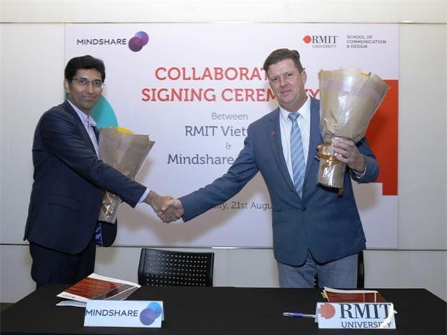 Ông Shankar Rajagopal (Giám đốc Mindshare Việt Nam) và Giáo sư Rick Bennett (Phó hiệu trưởng - Phụ trách đào tạo kiêm Trưởng khoa Truyền thông và Thiết kế RMIT Việt Nam) tại lễ ký kết.