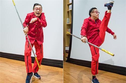Lục Tiểu Linh Đồng múa gậy tại buổi quảng bá sách hôm 21/9.
