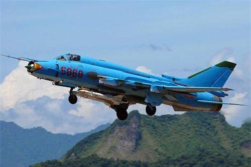 Hiện nay, ngoài các máy bay chiến đấu hiện đại Su-27/30, Không quân Nhân dân Việt Nam vẫn duy trì số lượng lớn các máy bay tiêm kích – bom Su-22 do Liên Xô (cũ) sản xuất. Ảnh: Wikipedia