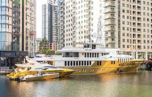 Theo tờ Mirror, chiếc du thuyền có sức chứa 12 người và có hồ bơi lớn, phòng spa, thác nước thủy tinh, 6 phòng tắm riêng, một phòng tắm lớn, phòng khách VIP, và một số phòng đôi. Ảnh: Tony Kershaw/SWNS.