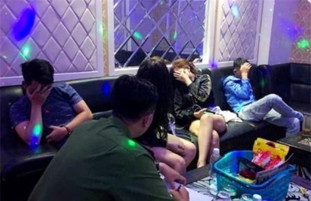 Hàng chục nam nữ trong nhiều phòng hát karaoke chơi ma túy lúc rạng sáng - 1