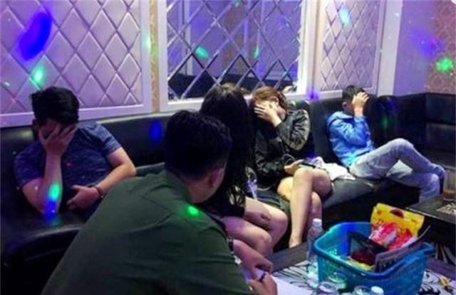 Hàng chục nam nữ trong nhiều phòng hát karaoke chơi ma túy lúc rạng sáng - 2
