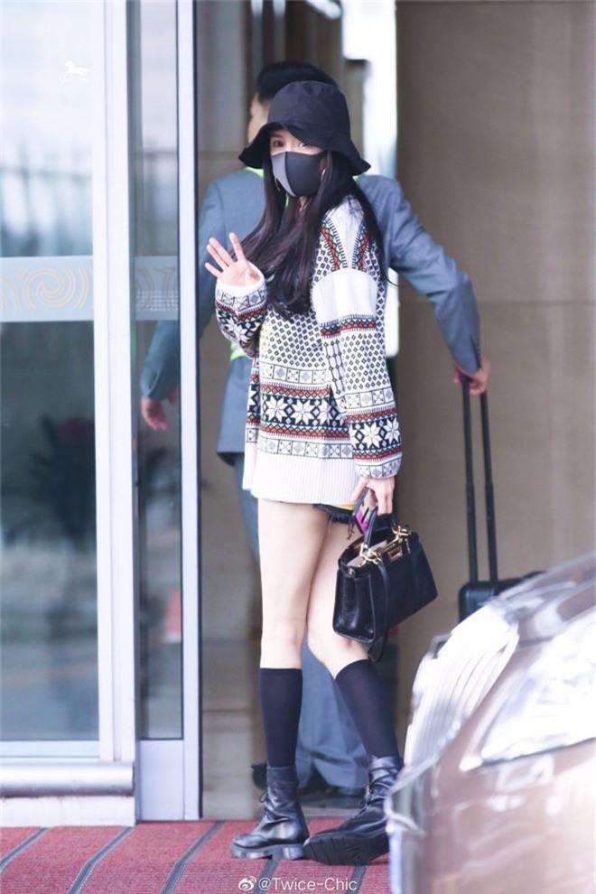 Nữ hoàng sân bay Dương Mịch chiếm trọn spotlight với đôi chân manga siêu đỉnh nhưng bất ngờ gặp cố hớ hênh - Ảnh 3.
