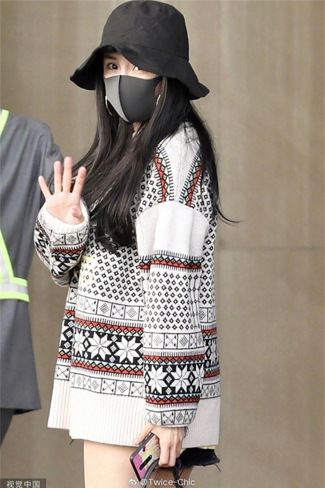 Nữ hoàng sân bay Dương Mịch chiếm trọn spotlight với đôi chân manga siêu đỉnh nhưng bất ngờ gặp cố hớ hênh - Ảnh 5.