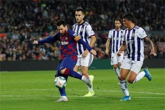 Lập cú đúp vào lưới Valladolid, Messi vượt mặt Ronaldo - Ảnh 2.