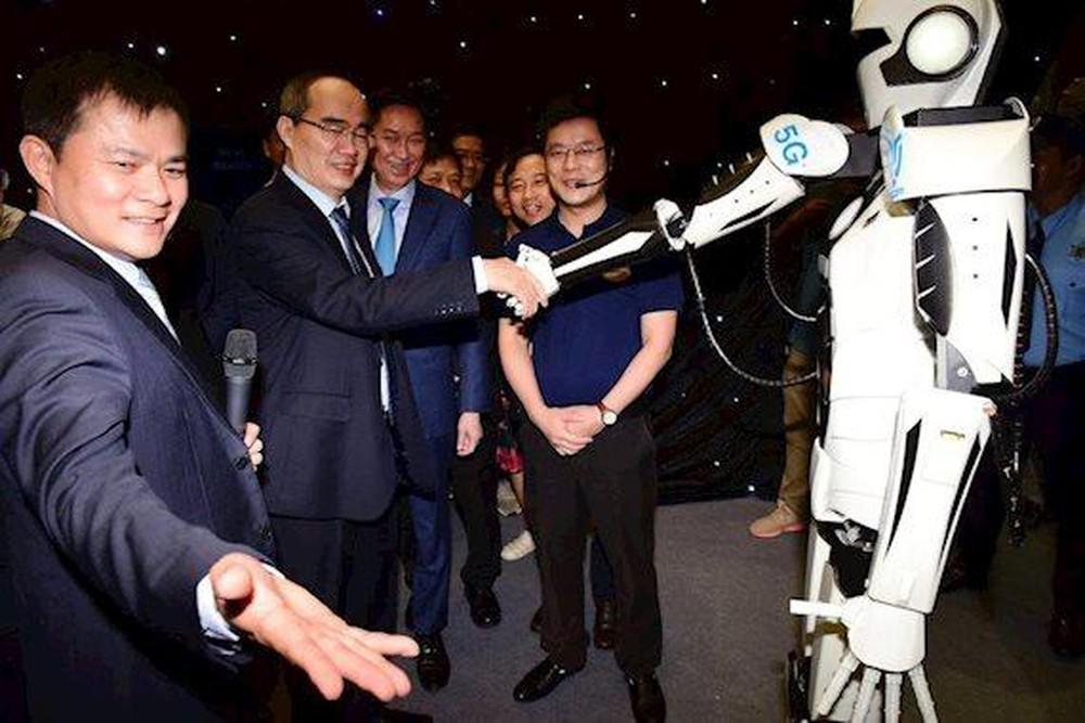 Bí thư Thành ủy TP.HCM Nguyễn Thiện Nhân giao lưu cùng robot 5G tại lễ ra mắt phủ sóng 5G tại TP.HCM. Nguồn ảnh: Viettel cung cấp.