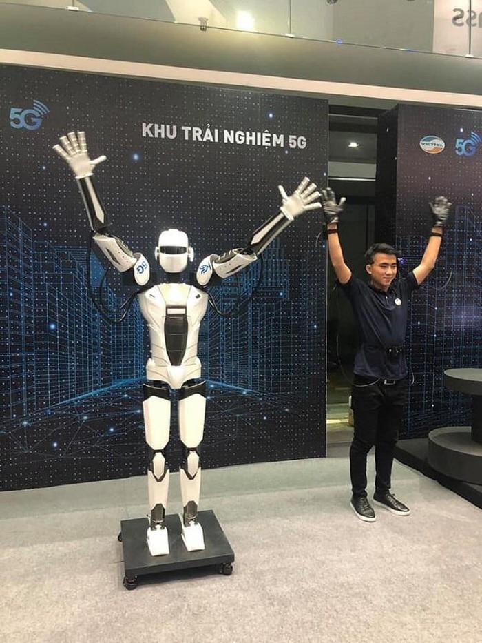 Robot 5G giao lưu cùng khách tham dự lễ công bố phát sóng 5G của Viettel tại TP.HCM vào ngày 21/9/2019.