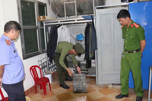 Lực lượng chức năng tiến hành khám xét nơi ở của Cầm. (Ảnh: Báo điện tử Người lao động)