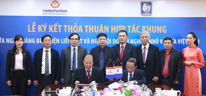 Mr. Nguyen Van Than (right) - Chairman of VINASME and Mr. Nguyen Dinh Thang (left) - Chairman of LienVietPostBank Board signed the framework agreement at the signing ceremony.
