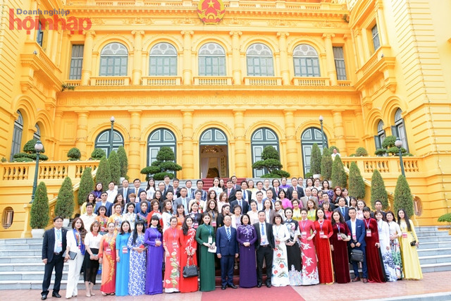 The Acting President Dang Thi Ngoc Thinh and typical small and medium-sized business delegates in 2018. Photo: Nguyen Cuong.