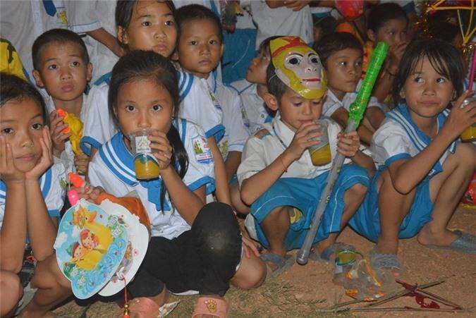 Trẻ em Thạch Ngàn say sưa uống những ly nước chanh leo do Công ty Cổ phần Nafoods Group   phát miễn phí