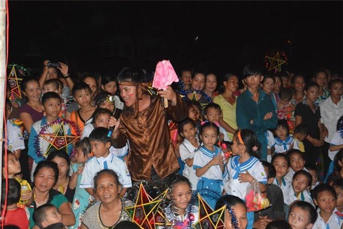 Chú Bờm CLB Liên quân Báo chí Nghệ An giao lưu với các em nhỏ tại xã Thạch Ngàn.
