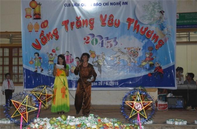 Những trò chơi, lời dẫn chương trình hóm hỉnh của chú Cuôi, chị Hằng Nga của CLB Liên quân Báo chí Nghệ An làm cho không khi đêm hội càng tưng bừng.