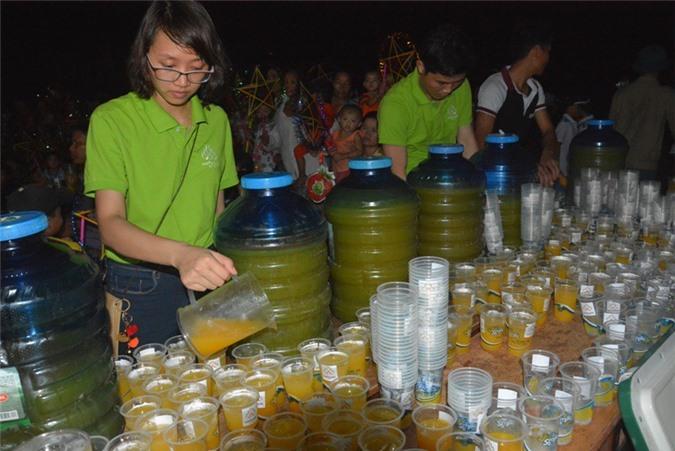 Các thành viên  Công ty Cổ phần Nafoods Group  đang chuẩn bị 1000 ly nứơc chanh leo cho đêm hội trăng rằm.