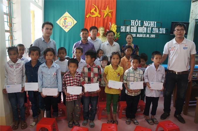 Đại diện CLB Liên quân Báo chí Nghệ An trao 30 suất học bổng cho học sinh Trường TH Thạch Ngàn 2.