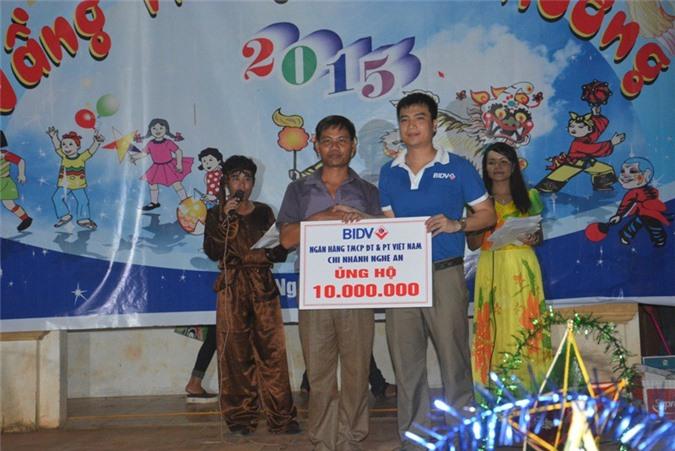 Đại diện Ngân Hàng BIDV chi nhánh Nghệ An trao 50 suất học bổng cho đạ diện chính quyền địa phương xã Thạch Ngàn.
