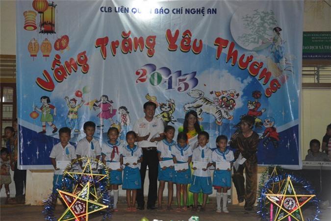 Đại diện CLB Liên quân Báo chí Nghệ An trao 500 suất quà cho các trẻ em nghèo xã Thạch Ngàn