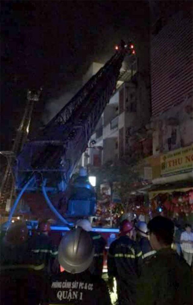 Nhà 5 tầng gần Chợ Lớn cháy ngùn ngụt giữa đêm khuya