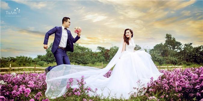 Ảnh cưới tại Thảo nguyên hoa Long Biên (Ảnh: TuArts).