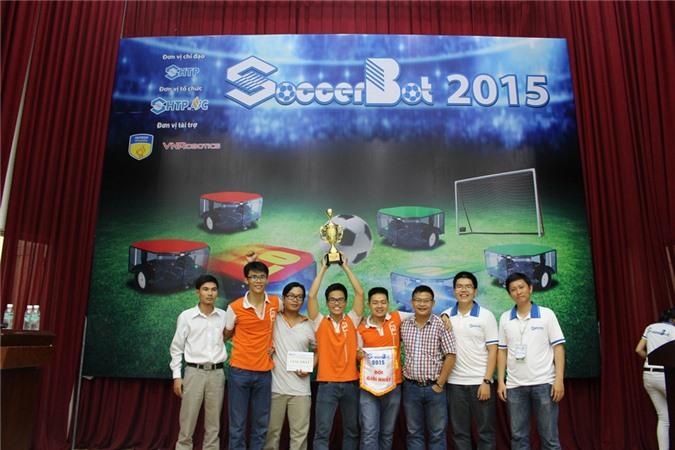 Đội giải nhất: VGU (Trường ĐH Việt Đức) nhận cúp và kỷ niệm chương của SOCCERBOT 2015