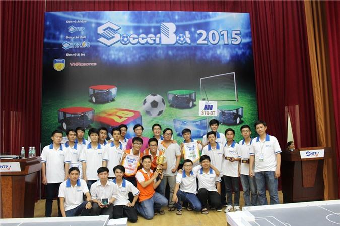 Hai đội VGU -Trường ĐH Việt Đức (giải nhất) và STU-DT- Trường ĐH Sài Gòn (giải nhì) chụp hình lưu niêm tại SOCCERBOT 2015