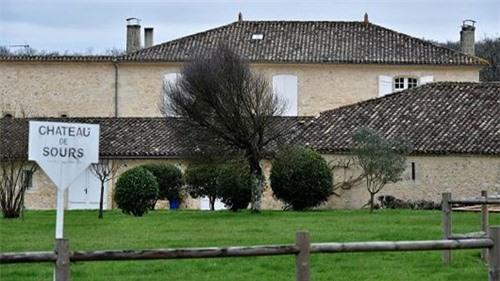 Lâu đài của tỷ phú Jach Ma trên khu đất mới mua được xây dựng năm 1792 mang tên Chateau de Sours.