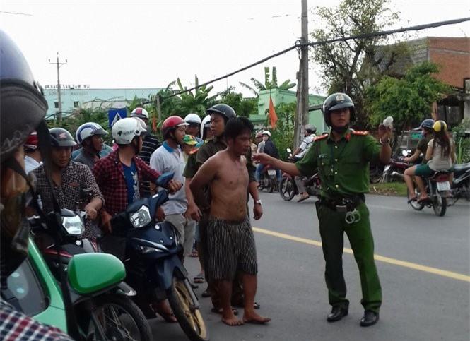 Tiền Giang: Cướp taxi bất thành, kẻ ngáo đá cố thủ đập phá xe