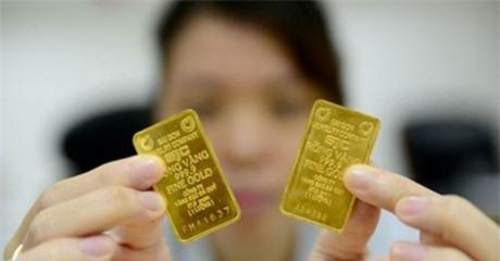 Miếng vàng có seri 2 chữ bên trái và seri 1 chữ bên phải. Nguồn ảnh  tuoitre.vn.